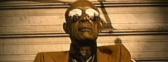 opa mit sonnenbrille aus dem video